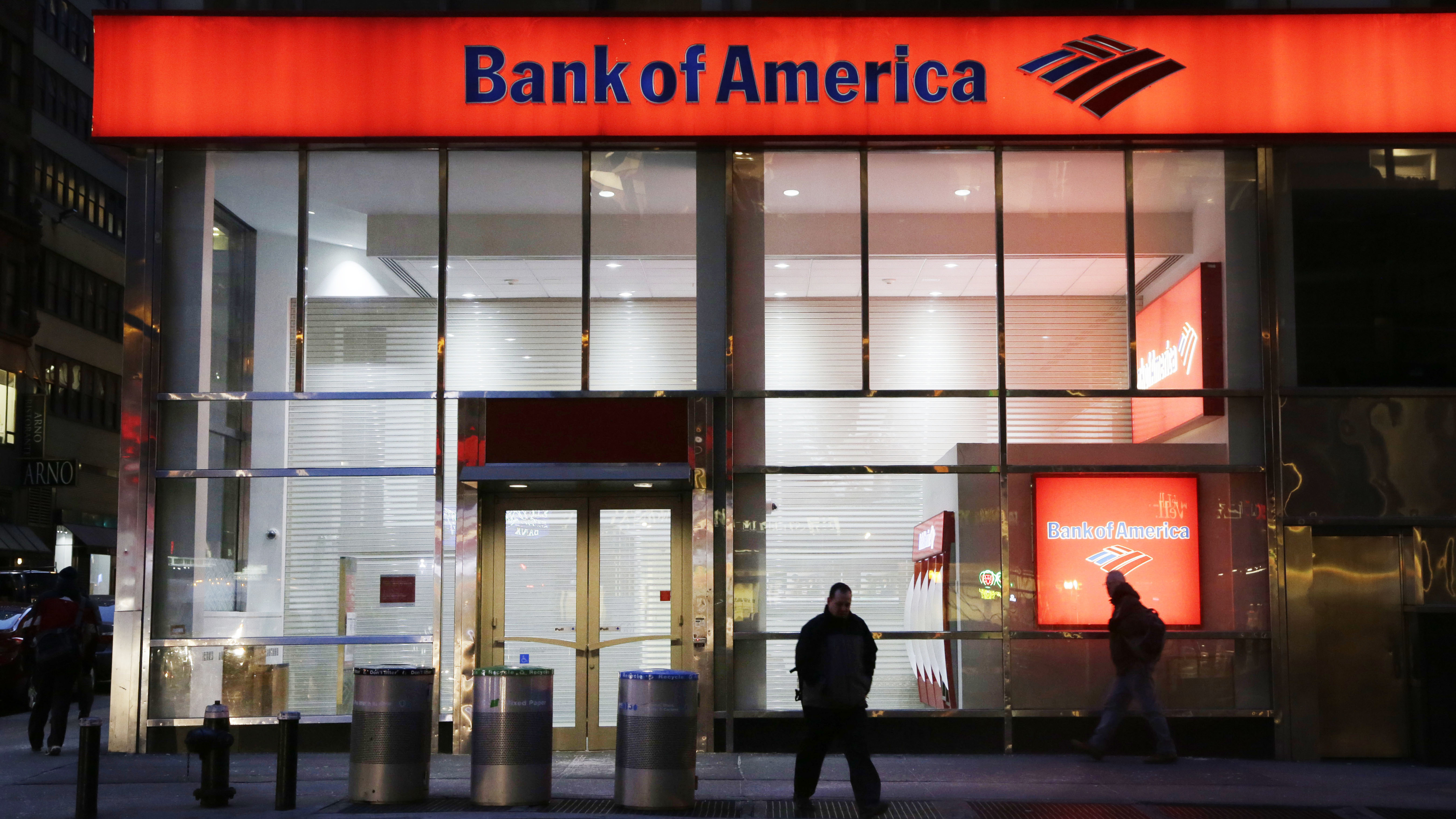 People Walk Past A Branch Of Bank Of America In New York City In 2015 The Bank Announced Tuesday That It S Raising Its Minimum Wage To 20 An Hour By 2021 Wjct